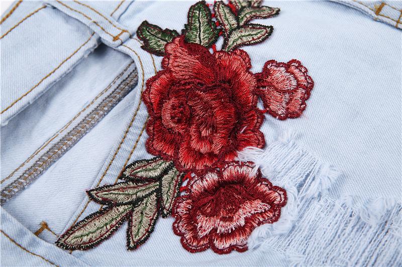 Väljalõigete ja roosidega lühikesed teksad